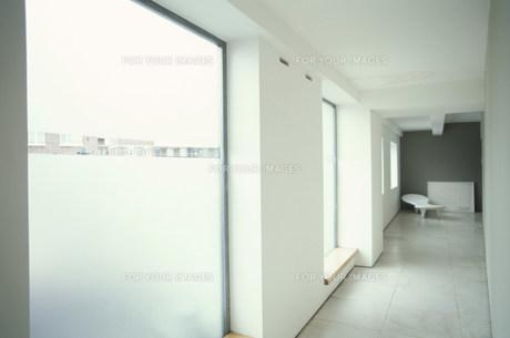 リビングに続く窓のある廊下の素材 [FYI01122752]