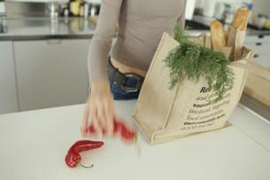 野菜を袋に入れる女性の素材 [FYI01122760]