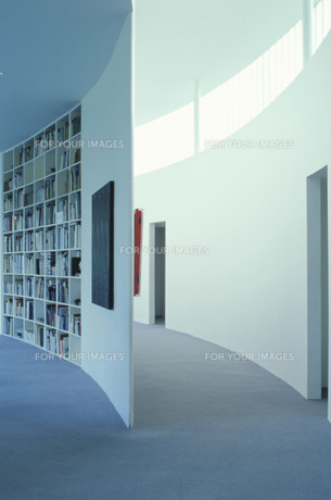 緩やかなカーブの廊下と本棚の素材 [FYI01122791]
