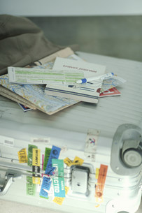 チケットと地図を載せたスーツケースの素材 [FYI01122836]