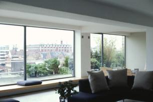 リビングの窓から見える風景の素材 [FYI01122839]