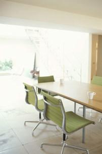 テーブルとグリーンのイスの素材 [FYI01122843]