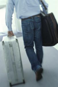 スーツケースを引く男性の後姿の素材 [FYI01122907]