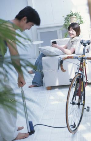 マウンテンバイクに空気を入れる男性と女性の素材 [FYI01122915]