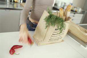 野菜を袋に入れる女性の素材 [FYI01122935]