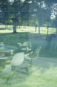 窓越しに見えるミーティングルームの素材 [FYI01122943]
