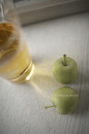飲み物と青リンゴの素材 [FYI01123474]