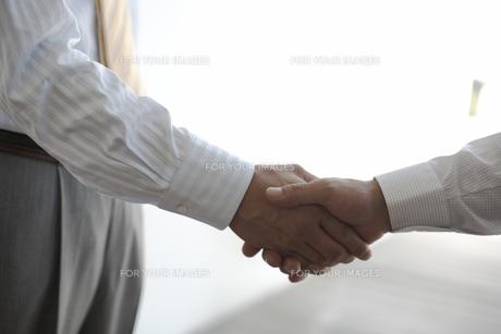 握手をするビジネスマンの手元の素材 [FYI01123594]