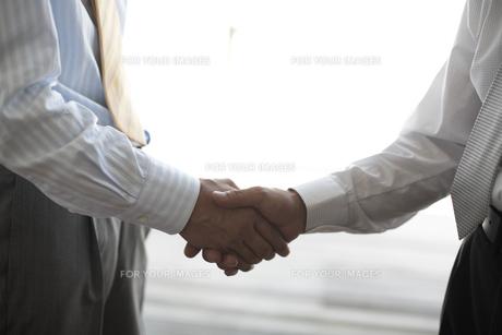 握手をするビジネスマンの素材 [FYI01123657]