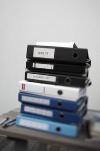 テーブルに積み上げられたファイルの素材 [FYI01123712]