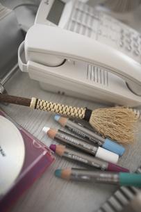 色鉛筆と電話の素材 [FYI01123726]