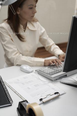 オフィスでパソコンに向かう女性の素材 [FYI01123758]