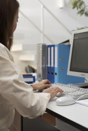 オフィスでパソコンに向かう女性の素材 [FYI01123762]