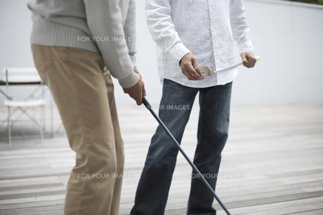 ゴルフクラブを持った男性の2人の手元の素材 [FYI01123787]