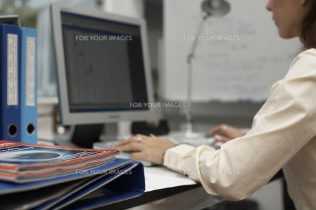 オフィスでパソコンに向かう女性の素材 [FYI01123817]