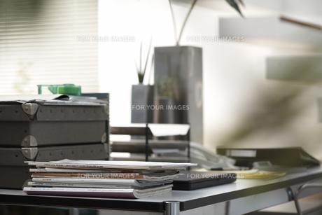 観葉植物やビジネス小物の載ったデスクの素材 [FYI01123823]
