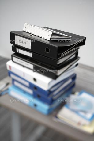 テーブルに積み上げられたファイルの素材 [FYI01123824]
