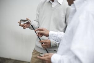 ゴルフクラブを持った男性の2人の手元の素材 [FYI01123868]