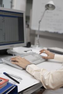 オフィスでパソコンに向かう女性の素材 [FYI01123879]