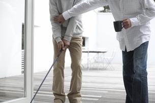 マグカップ片手にゴルフを教える男性と習う男性の素材 [FYI01123883]