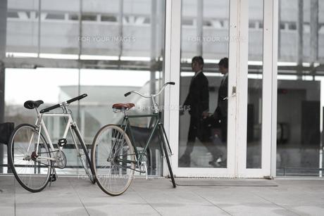 オフィスの前に止めた自転車2台の素材 [FYI01123886]