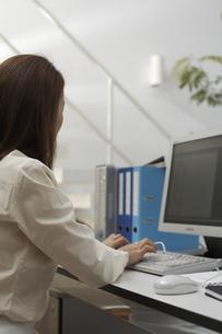 オフィスでパソコンに向かう女性の素材 [FYI01123893]
