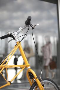 オフィスの前に止めている黄色い自転車の素材 [FYI01123918]