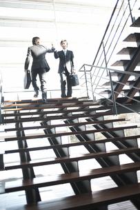 階段であいさつを交わすビジネスマンの素材 [FYI01123967]