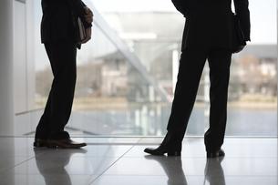 ホールで話しているビジネスマン2人の足元の素材 [FYI01123997]