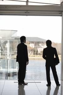 ホールで話しているビジネスマン2人の素材 [FYI01124003]