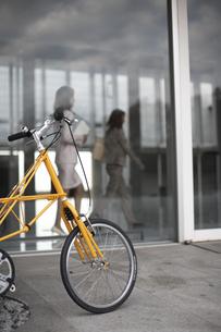 オフィスの前に止めている黄色い自転車の素材 [FYI01124043]