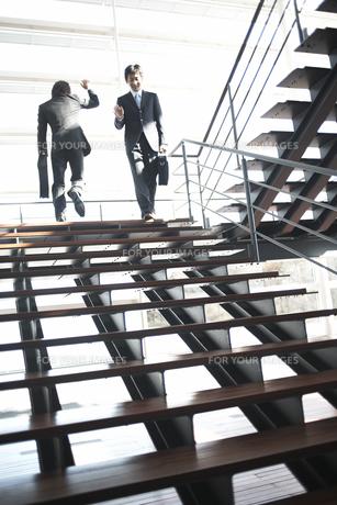 階段であいさつを交わすビジネスマンの素材 [FYI01124044]