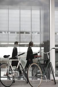 オフィスの前に止めた自転車2台の素材 [FYI01124054]