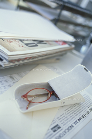 デスクの上の眼鏡ケースに入った赤い眼鏡の素材 [FYI01124108]
