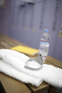 ロッカールームのベンチにロッカーキーやタオルの素材 [FYI01124144]