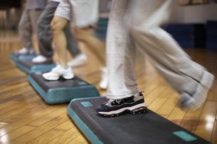 スポーツクラブでステップ運動をする人々の足元の素材 [FYI01124148]