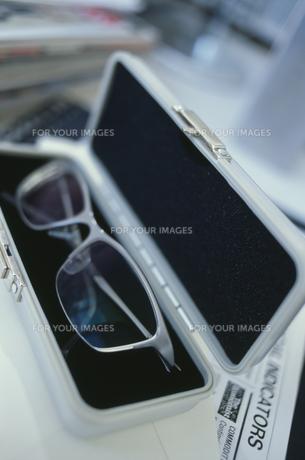 眼鏡ケースの中の眼鏡の素材 [FYI01124195]