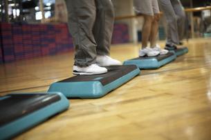 スポーツクラブでステップ運動をする人々の足元の素材 [FYI01124210]