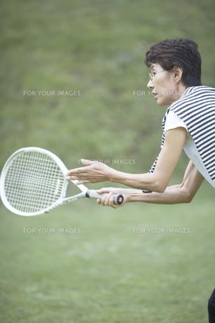 テニスをする女性の素材 [FYI01126572]