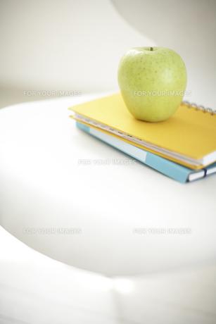 イスの上のリンゴとノートの素材 [FYI01126612]