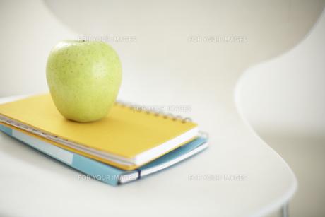 イスの上のリンゴとノートの素材 [FYI01126631]