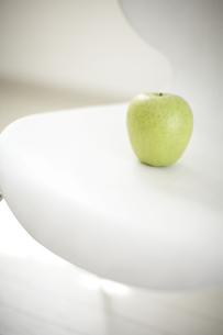 イスの上のリンゴの素材 [FYI01126705]