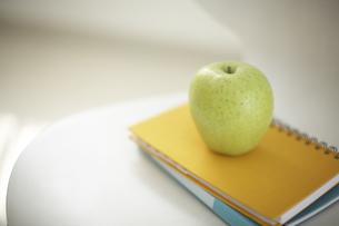 イスの上のリンゴとノートの素材 [FYI01126721]
