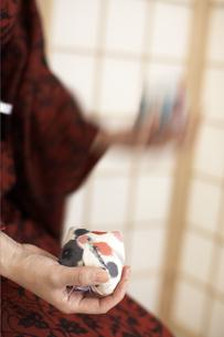 お手玉をする着物の女性の素材 [FYI01128200]