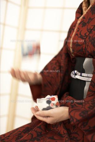 お手玉をする着物の女性の素材 [FYI01128270]
