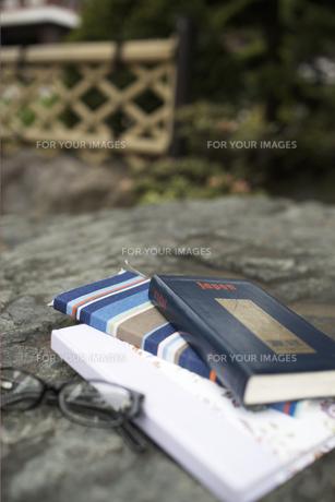 石の上の本と眼鏡の素材 [FYI01128465]