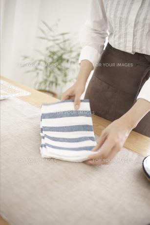 タオルを持った女性の素材 [FYI01128983]
