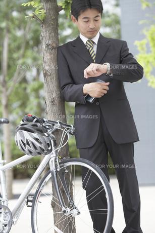腕時計を見るビジネスマンと自転車の素材 [FYI01128990]
