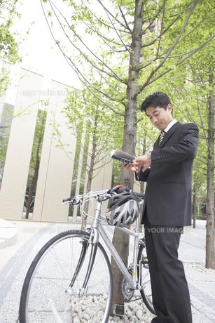 手帳を見るビジネスマンと自転車の素材 [FYI01129018]