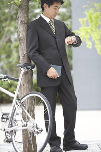 腕時計を見るビジネスマンと自転車の素材 [FYI01129044]